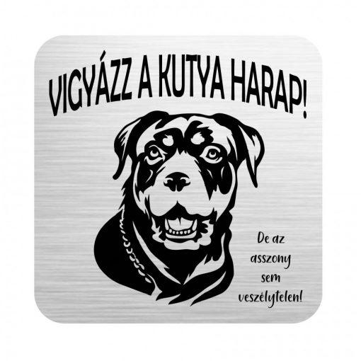 Gravírozott tábla - Vigyázz a kutya harap! De az asszony sem veszélytelen.